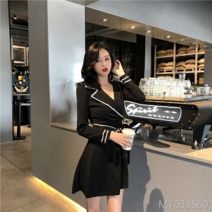 2018 autumn and winter, new temperament, color V collar, waist waist, slim and elegant style.