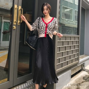 Autumn and winter 2018 new Korean version temperament V-neck leopard pattern knitted cardigan sweater + fashionable pleated half-length skirt