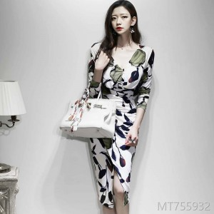 Autumn and Winter 2018 New Korean Version Mingyuan Temperament V-neck Slimming and Folding Fashion Printed Buttock Dress