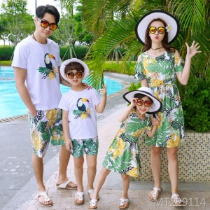 Parent-child family, three seaside resort family