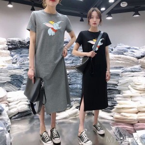 Casual loose knees at the end of the small black long skirt was thin
