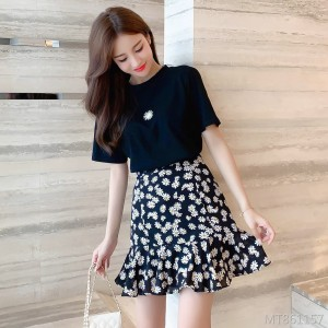 T-shirt + small daisy ruffled chiffon skirt suit